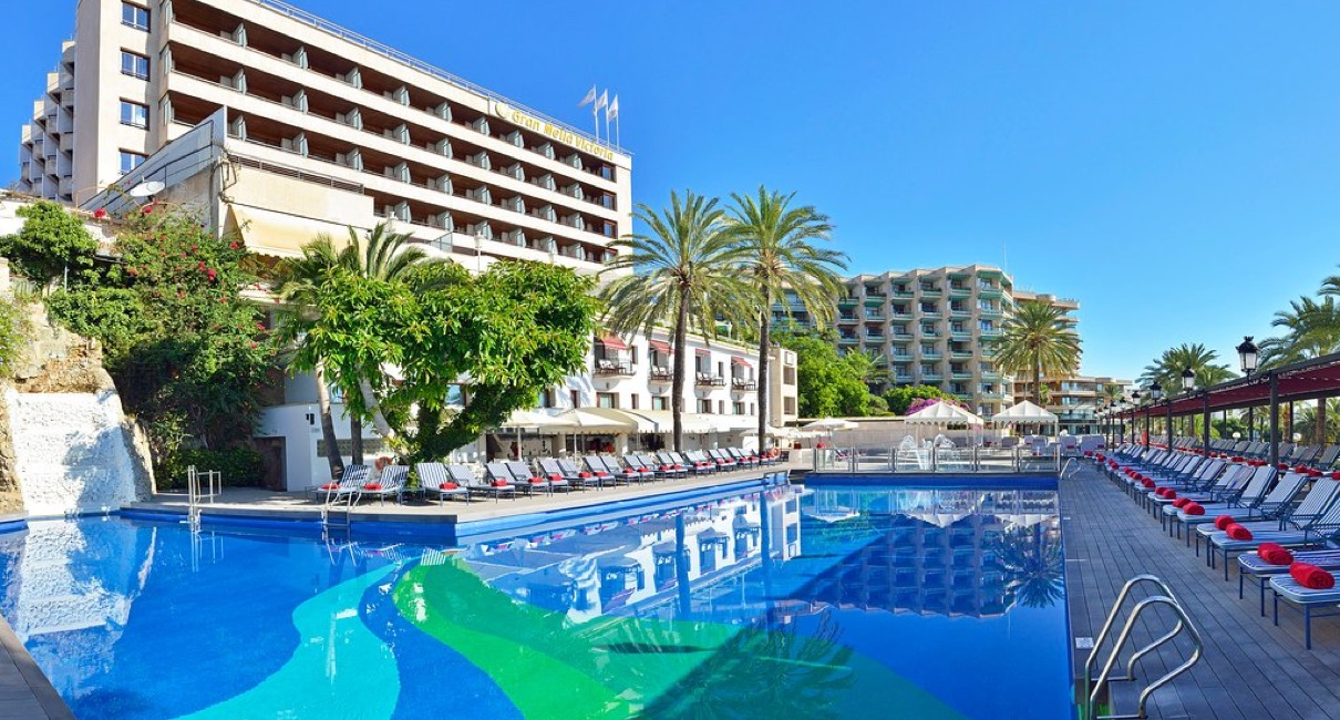 Pool and sunloungers at the Gran Melia hotel Palma